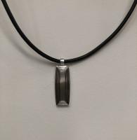 Læder halskæde med stål vedhæng fra Aagaard.