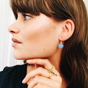 Candy øreringe i guld med blå calcedon fra Izabel Camille.